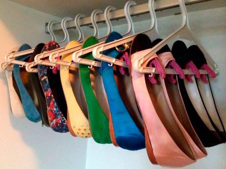 Zapatos flats colgados en perchas