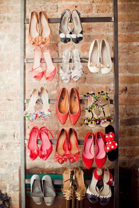 Zapatos colgados en un cuadro de madera