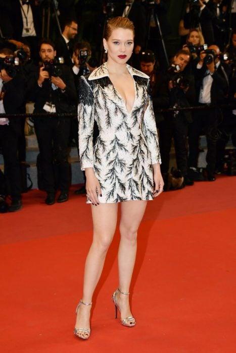 Lea Seydoux usando un vestido corto con mangas en cannes 2018