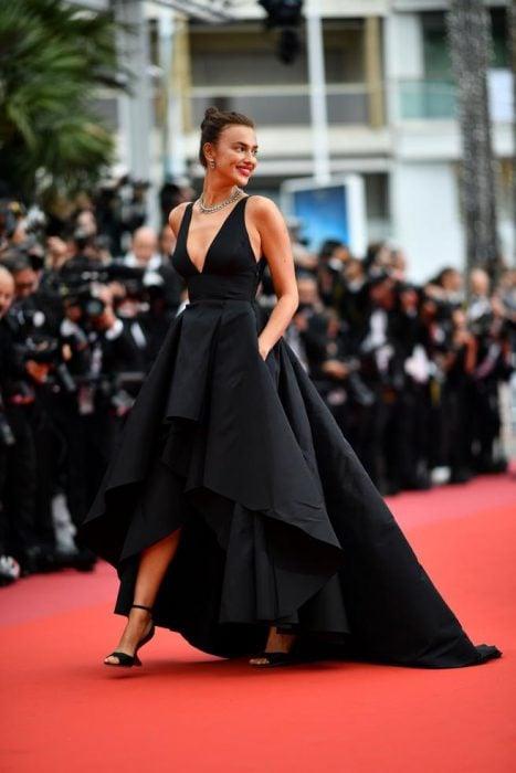 Modelo Irina usando un vestido de color negro