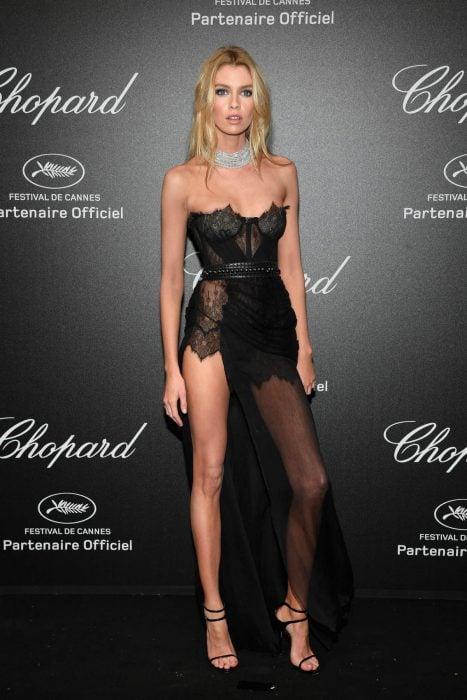 Modelo Estela Maxwell usando un vestido negro en cannes 2018