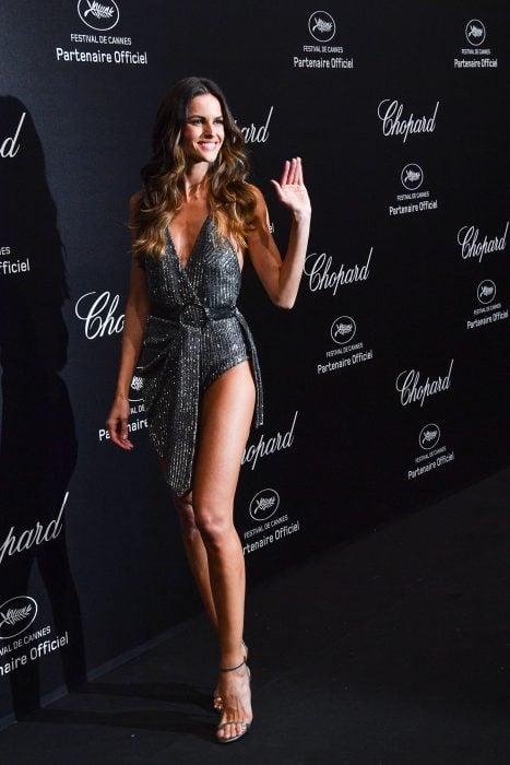 Modelo usando un vestido negro en cannes 2018