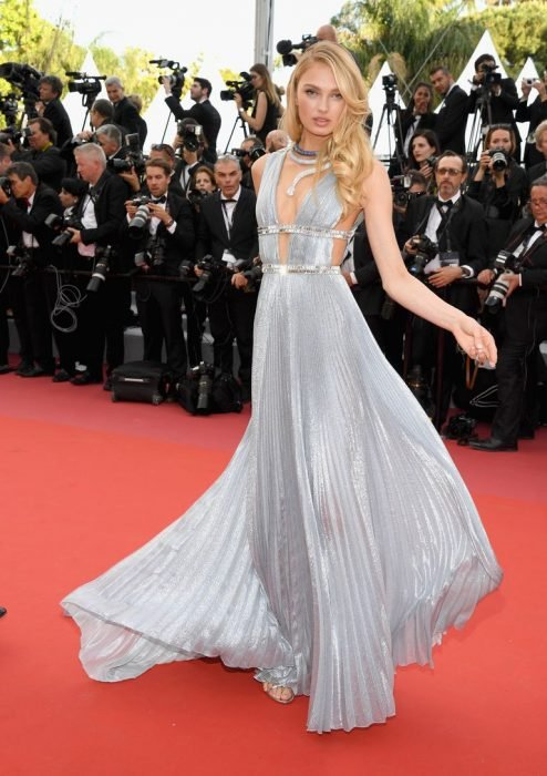 Modelo usando un vestido en cannes 2018