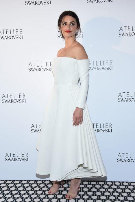 Penelope Cruz usando un vestido blanco en Cannes 2018