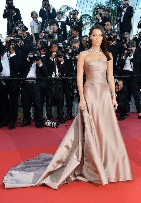 Bella Hadid usando un vestido dorado en Cannes 2018