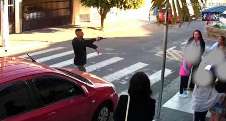 Asaltante con una arma que pretendía robar a un grupo de mujeres