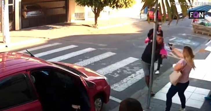 Mujer sometiendo a un asaltante con una arma a un asaltante frente a un grupo de mujeres