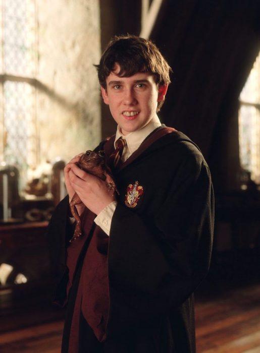 Neville Longbottom de Harry Potter sosteniendo una rana