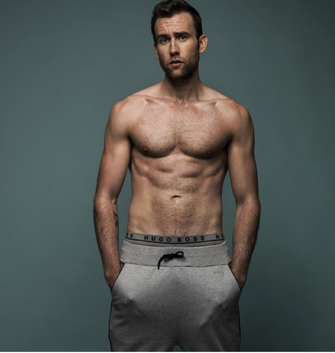 Matthew Lewis posando como modelo usando chandal gris