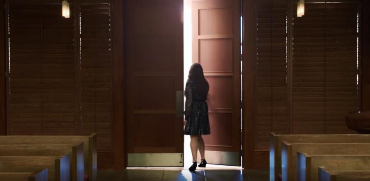 Escena de la serie 13 razones. Hannah Baker saliendo por la puerta