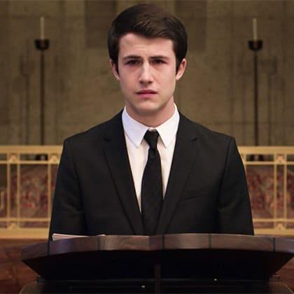 Clay Jensen dando un discurso en el funeral de hannah baker