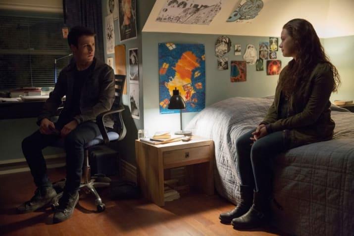 Escena de la serie 13 razones. Clay y Hannah conversando en una habitación
