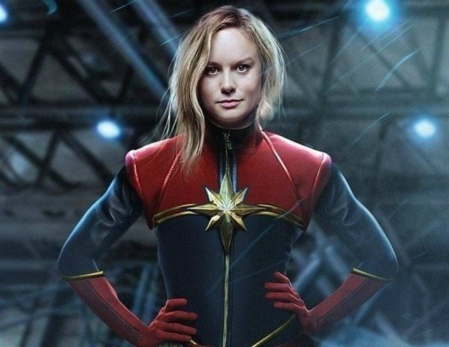 chica usando traje de superhéroe