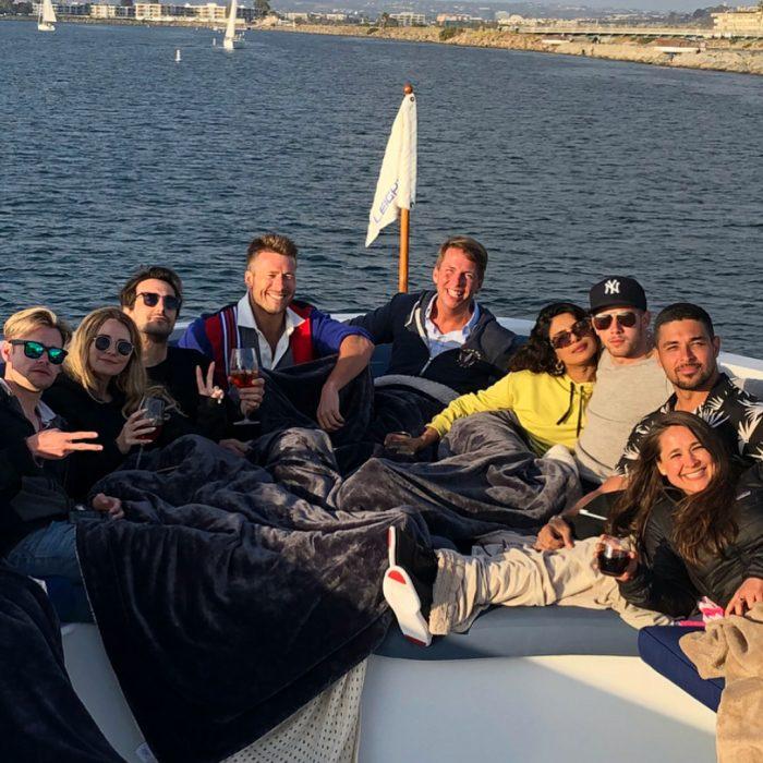 amigos en un bote navegando