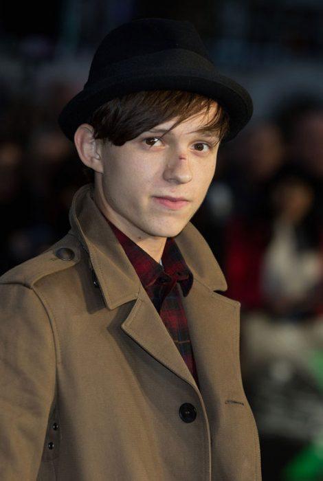 chico usando sombrero oscuro
