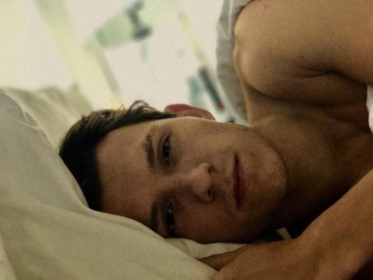 chico recostado en su cama