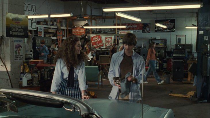 Mia y Michael juntos reparando un coche