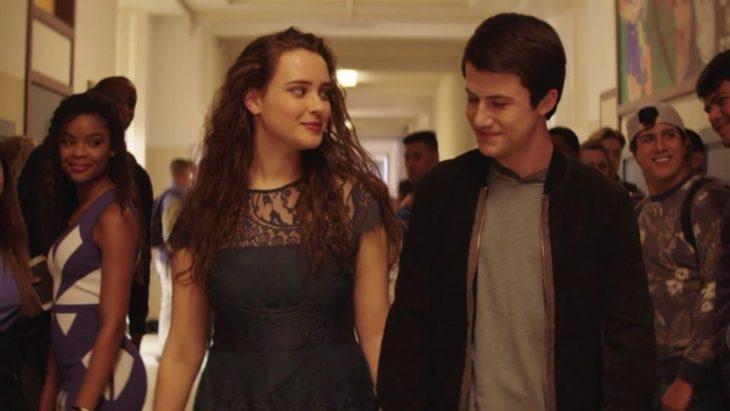 pareja caminando por el pasillo de la escuela