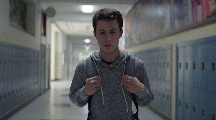 chico caminando por el pasillo de su escuela
