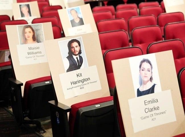 sillas rojas dentro de un teatro