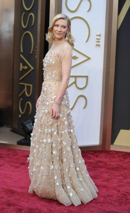 chica usando vestido con joyas incrustadas