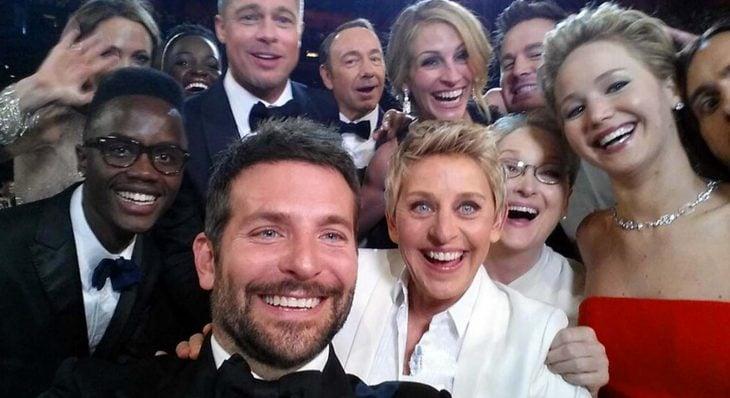 grupo de amigos tomando una selfie