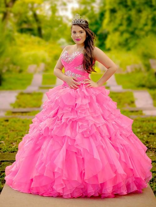 Chica usando un vestido rosa de XV años