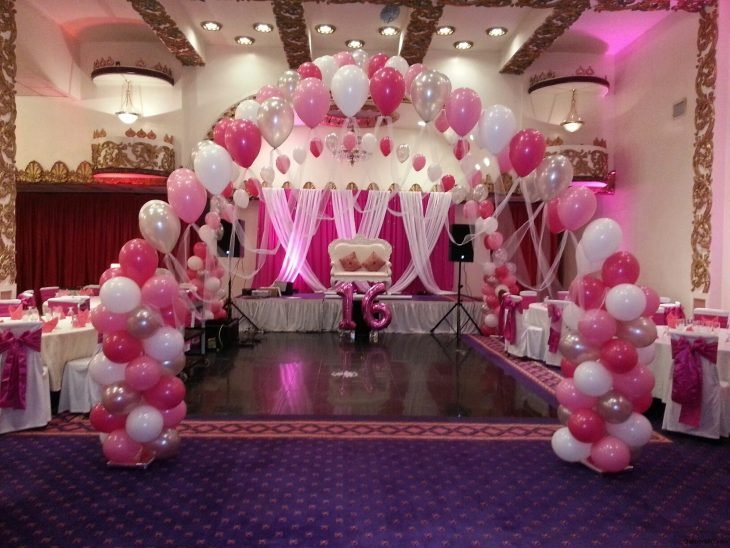 Columnas de globos adornando un salón de fiestas