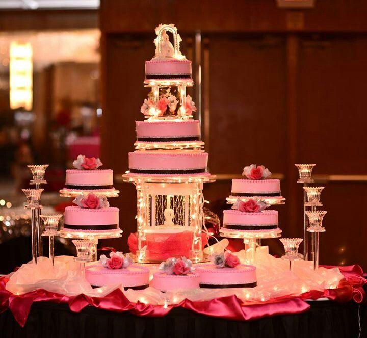 Pastel de varois pisos en una fiesta de xv años