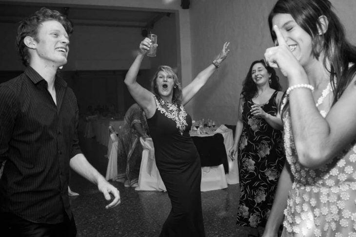 Señora bailando en una fiesta de 15 años