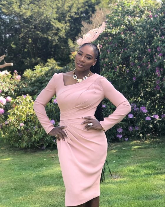 Serena Williams usando un tocado de color rosa