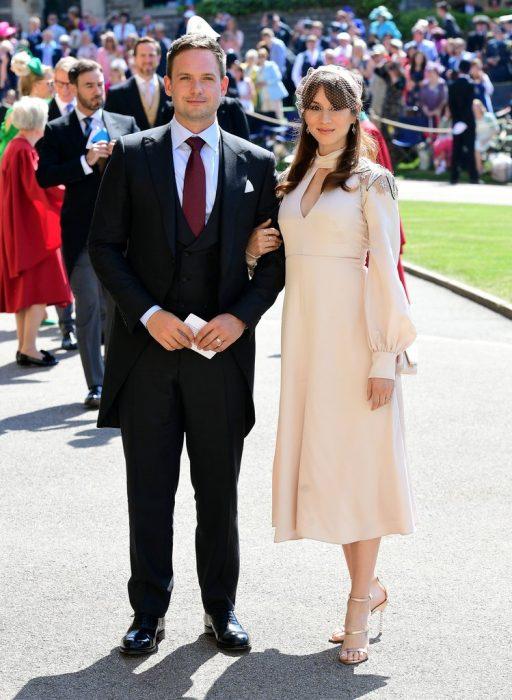 Troian Bellisario junto a su esposo en la boda real