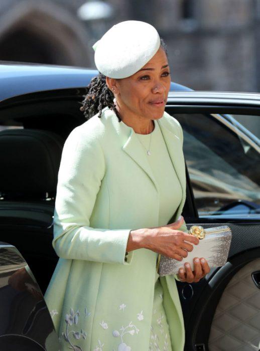 Madre de Meghan Markle usando un sombrero sencillo color verde