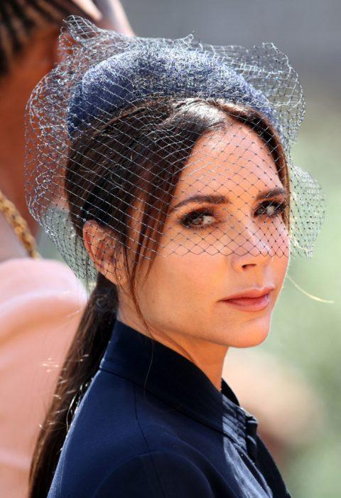Victoria Beckham usando un sombrero azul marino