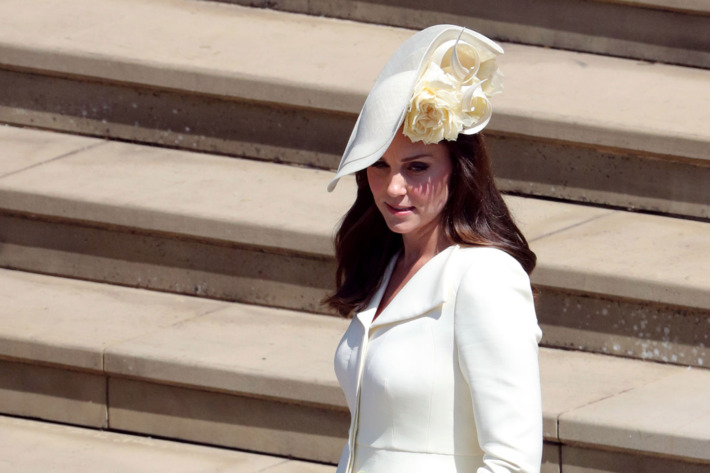 Kate Middleton usando un sombrero de color amarillo con flores
