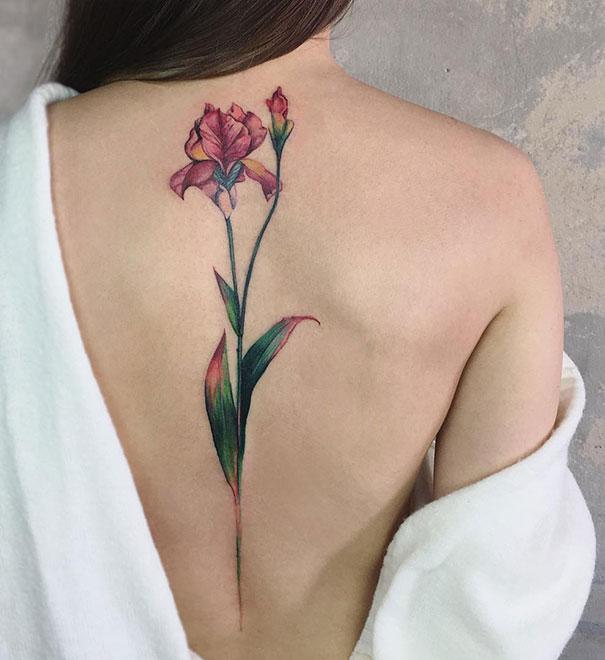 Tatuaje en la espina dorsal con diseño de flor