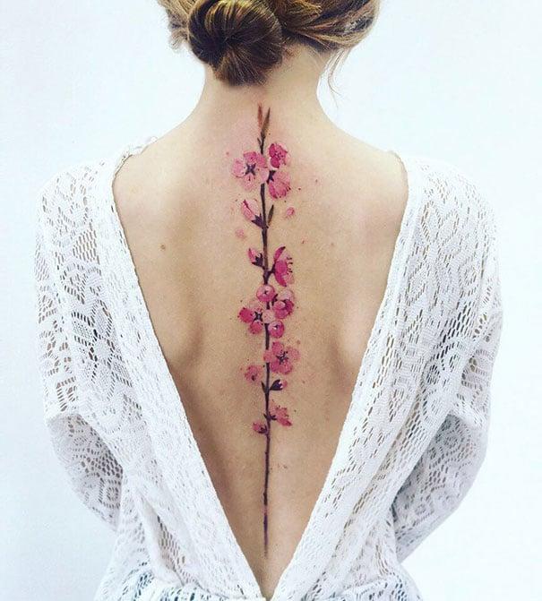 Tatuaje en la espina dorsal con diseño de flor de cerezo