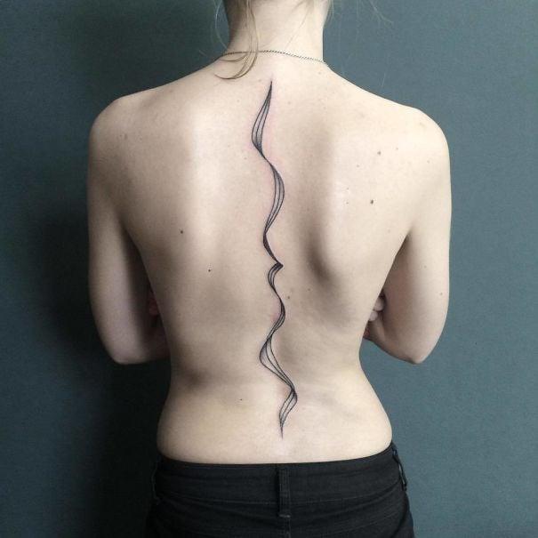 Tatuaje en la espina dorsal con diseño de líneas curvas