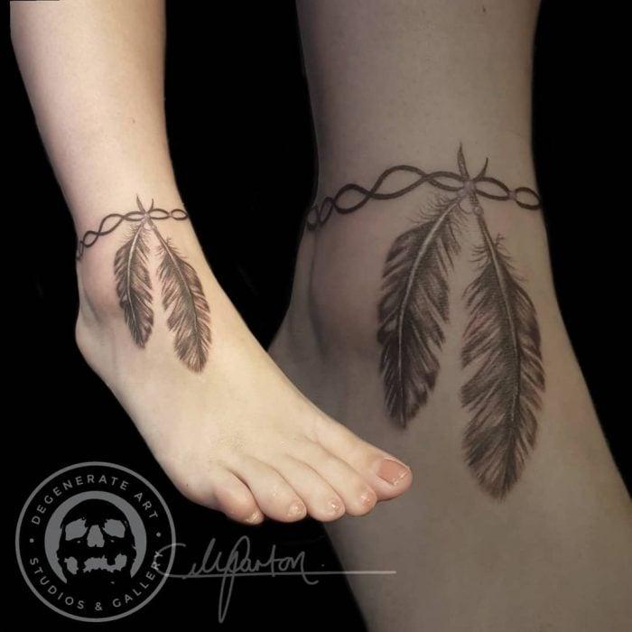 Tatuaje en el tobillo en forma de plumas