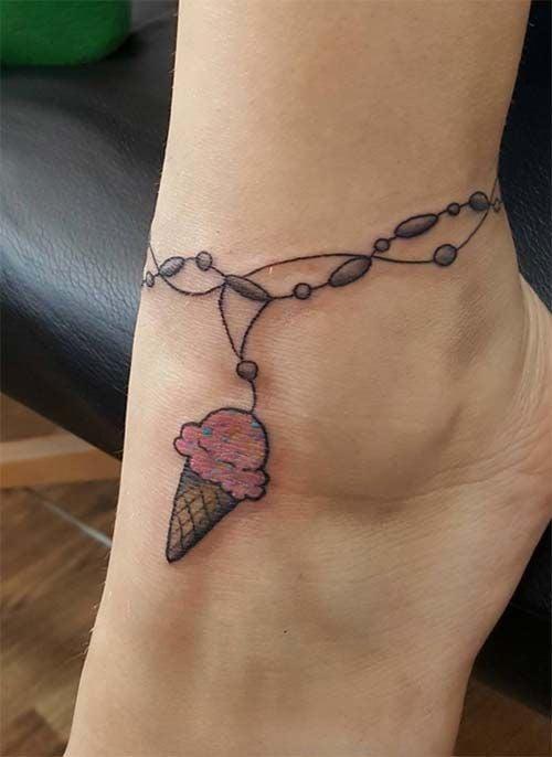 Tatuaje en el tobillo en forma de cono de helado