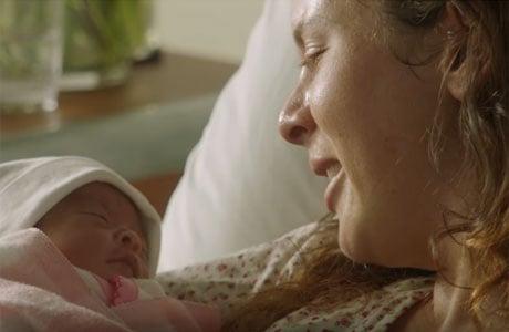 Mamá sujetando a su bebé en brazos