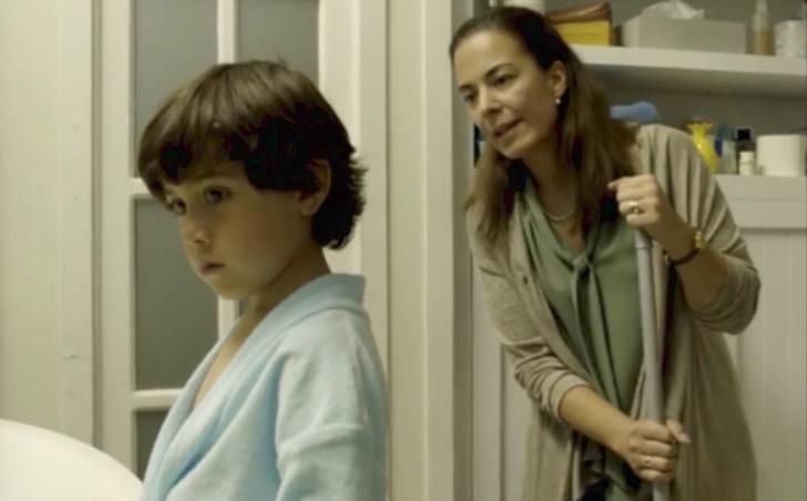 Mamá regañando a su hijo mientras limpia un desastre