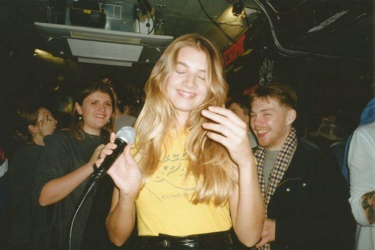 chica en el karaoke