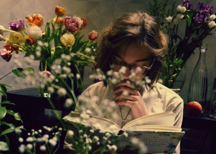 chica leyendo libros