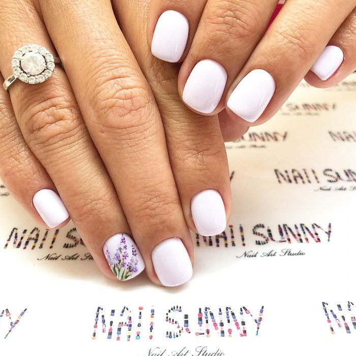 Uñas de lilas creadas por nail sunny