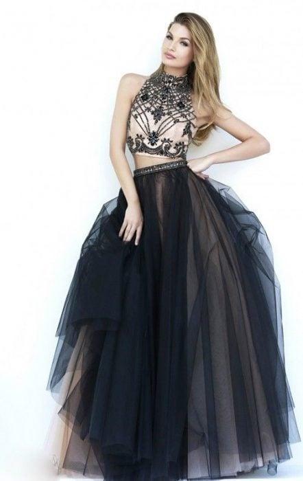 Chica usando un vestido de color negro con falda de tul