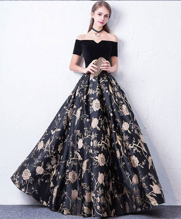 Chica usando un vestido de color negro con rosas pintadas
