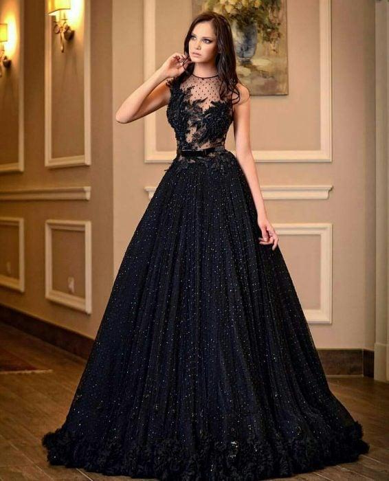 Chica usando un vestido de color negro con encaje en el pecho