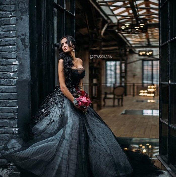 Chica usando un vestido de color negro con aplicaciones grises