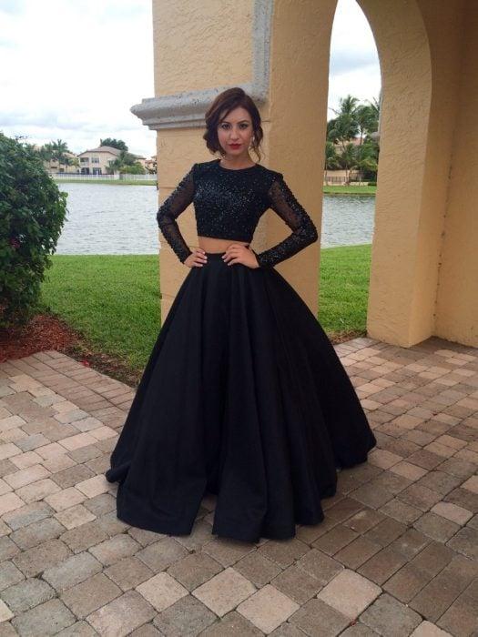 Chica usando un vestido de color negro con falda larga